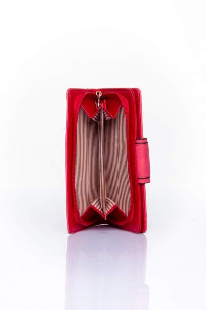 Czerwony portfel z ozdobnym zapięciem                                  zdj.                                  5