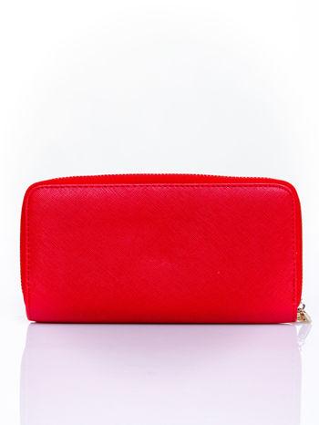 Czerwony portfel z ozdobnym zapięciem i złotym uchwytem                                  zdj.                                  2
