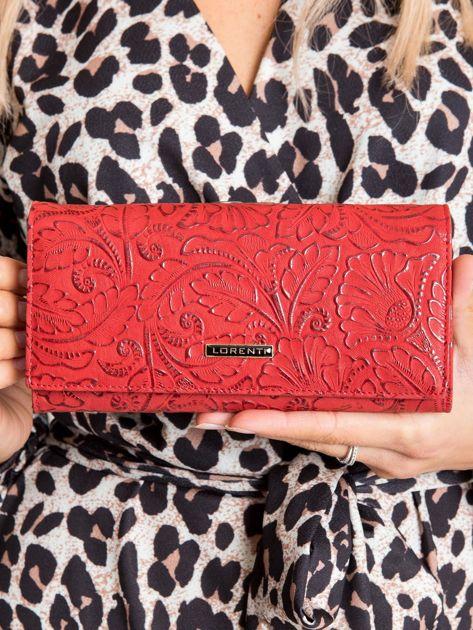 Czerwony portfel ze skóry w roślinne wzory