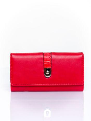 Czerwony portfel ze złotym zapięciem