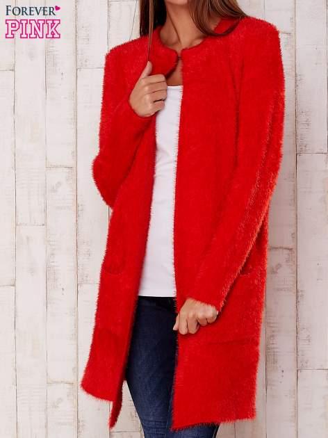 Czerwony puszysty sweter z otwartym dekoltem                                  zdj.                                  1