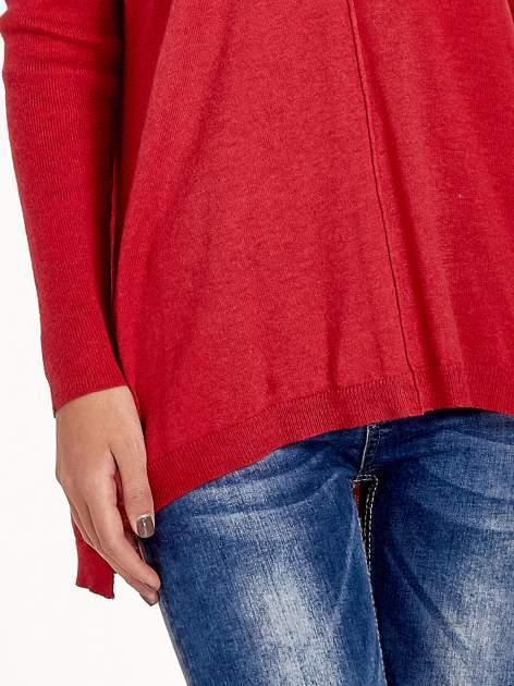 Czerwony sweter V-neck z rozporkami                                  zdj.                                  6