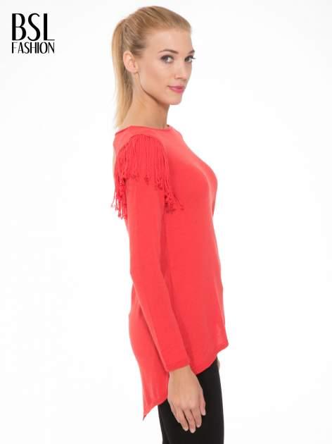 Czerwony sweter z frędzlami przy ramionach i dekoltem na plecach                                  zdj.                                  3
