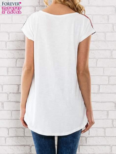 Czerwony t-shirt damski z etnicznym motywem                                  zdj.                                  4