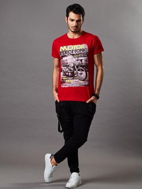 Czerwony t-shirt męski z motocyklem                              zdj.                              6