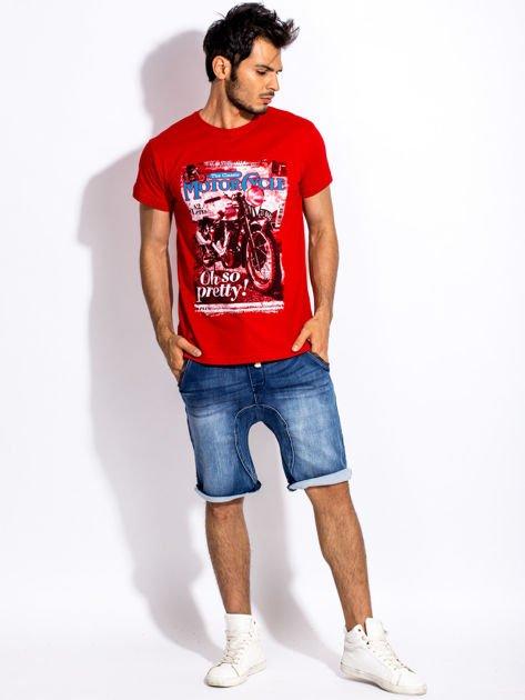 Czerwony t-shirt męski z nadrukiem motocykla                              zdj.                              4