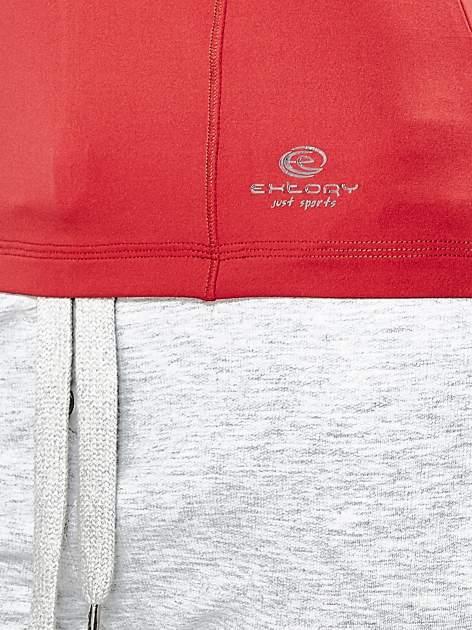 Czerwony t-shirt sportowy z dekoltem w lekkie V                                  zdj.                                  6