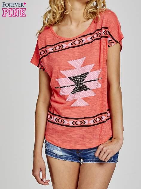 Czerwony t-shirt we wzory azteckie z dżetami                                  zdj.                                  1