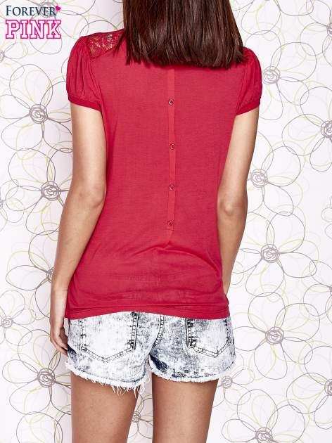 Czerwony t-shirt z ażurowym motywem                                  zdj.                                  2