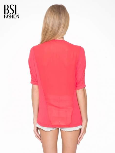 Czerwony t-shirt z frędzlami i siateczkowym tyłem                                  zdj.                                  4