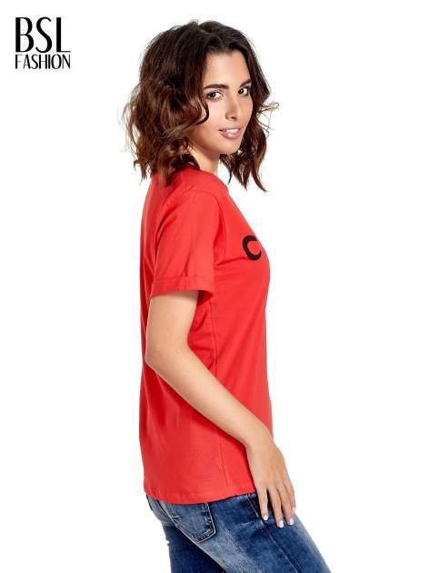 Czerwony t-shirt z modowym napisem CÉLINE PARIS                                  zdj.                                  3