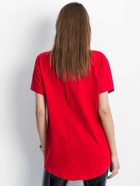 Czerwony t-shirt z motywem ust                              zdj.                              2