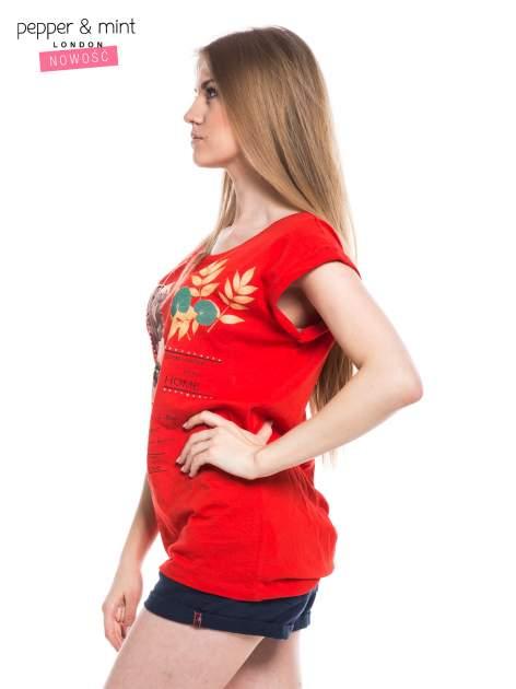 Czerwony t-shirt z nadrukiem i wydłużanym tyłem                                  zdj.                                  2