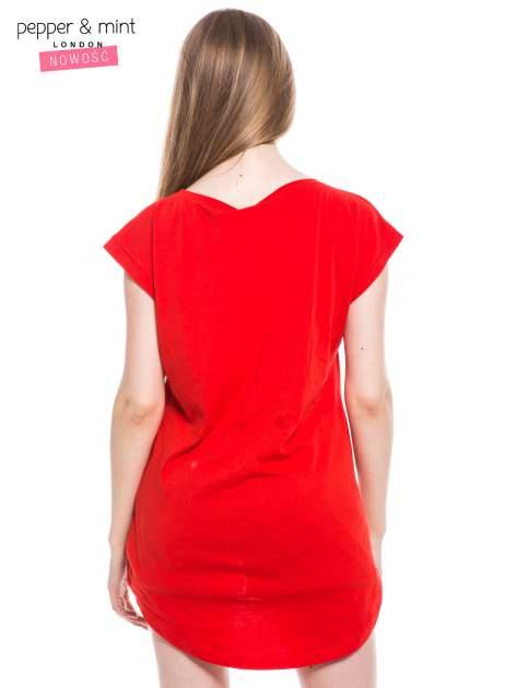 Czerwony t-shirt z nadrukiem i wydłużanym tyłem                                  zdj.                                  3