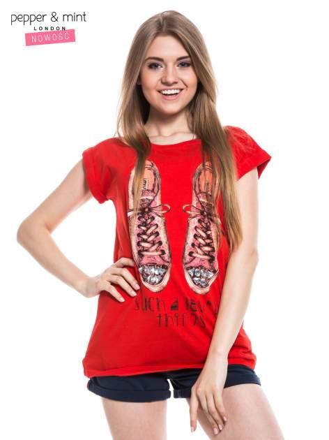 Czerwony t-shirt z nadrukiem sneakersów                                  zdj.                                  1