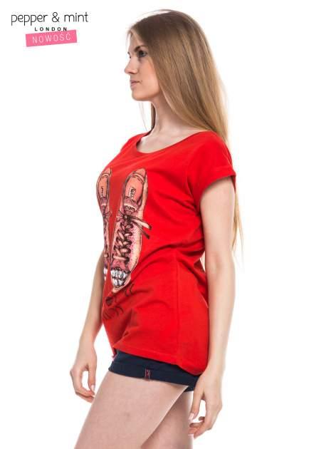 Czerwony t-shirt z nadrukiem sneakersów                                  zdj.                                  2