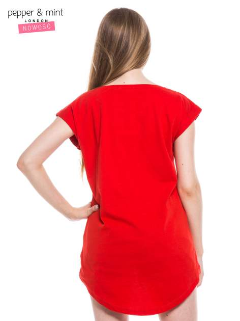 Czerwony t-shirt z nadrukiem sneakersów                                  zdj.                                  3