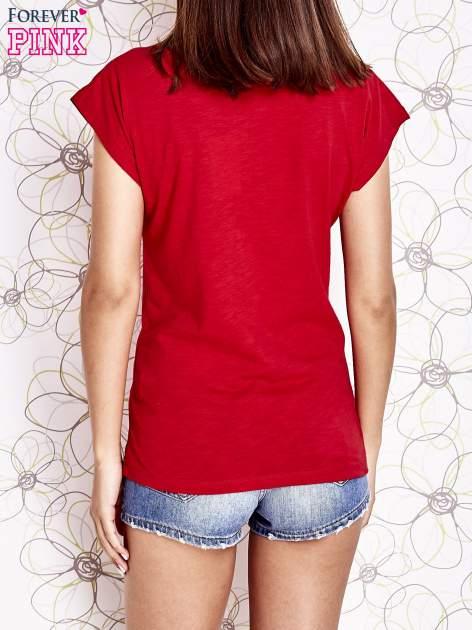 Czerwony t-shirt z nadrukiem znaku zapytania                                  zdj.                                  4