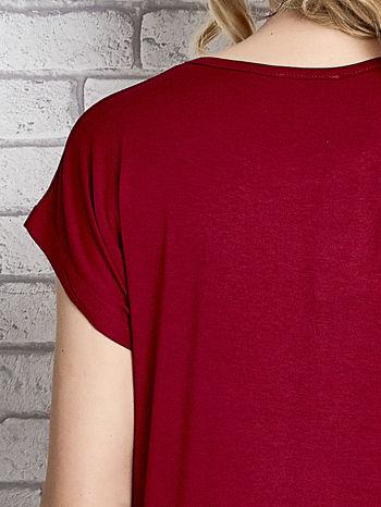 Czerwony t-shirt z napisem FASHION DISTRICT z dżetami                                  zdj.                                  6