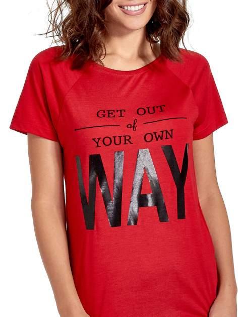 Czerwony t-shirt z napisem GET OUT OF YOUR OWN WAY                                  zdj.                                  6