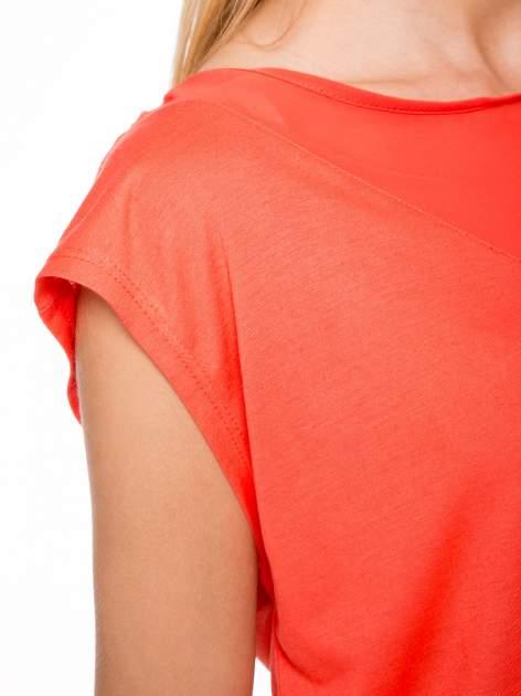 Czerwony t-shirt z trójkątną wstawką na plecach                                  zdj.                                  6