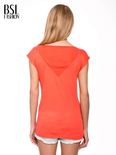 Czerwony t-shirt z trójkątną wstawką na plecach                                  zdj.                                  4