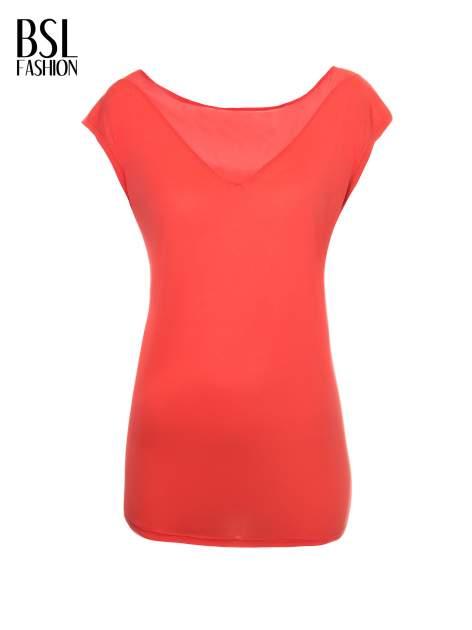 Czerwony t-shirt z trójkątną wstawką na plecach                                  zdj.                                  2