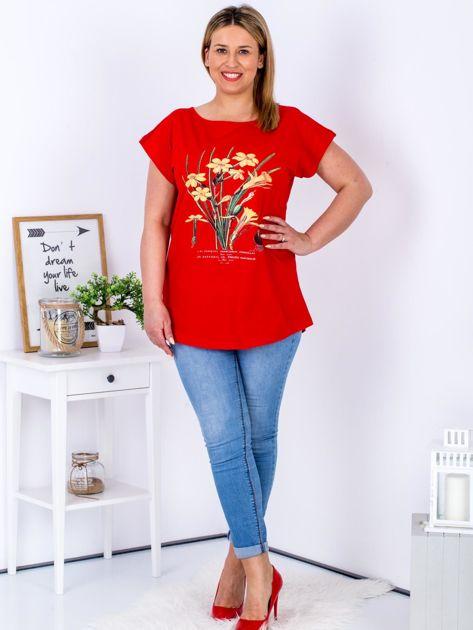 Czerwony t-shirt z żonkilami PLUS SIZE                                  zdj.                                  4