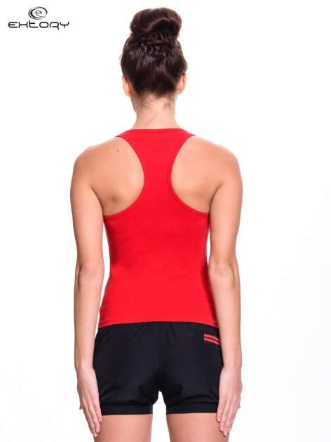 Czerwony top sportowy z logo EXTORY i efektem glitter                                  zdj.                                  4