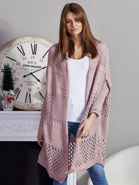 Długi ażurowany sweter pudroworóżowy                              zdj.                              1