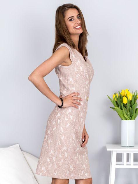 Dopasowana beżowa sukienka z kwiatową fakturą                              zdj.                              5