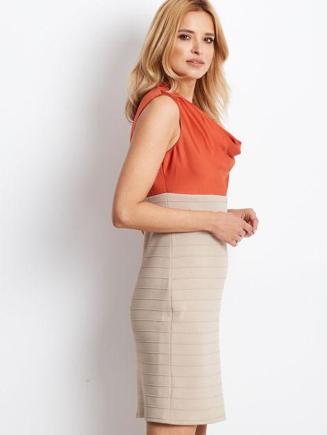 Dopasowana sukienka koktajlowa z dekoltem wodą pomarańczowo-beżowa                              zdj.                              3