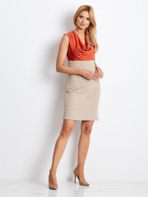 Dopasowana sukienka koktajlowa z dekoltem wodą pomarańczowo-beżowa                              zdj.                              4