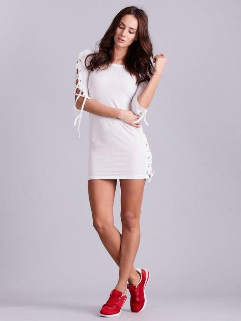 Dopasowana sukienka lace up w szeroki prążek ecru                              zdj.                              3