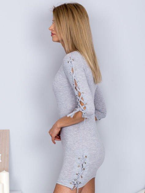 Dopasowana sukienka lace up w szeroki prążek jasnoszara                              zdj.                              3