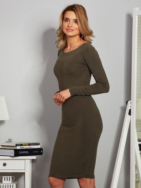 Dopasowana sukienka z dżetami przy dekolcie khaki                              zdj.                              3