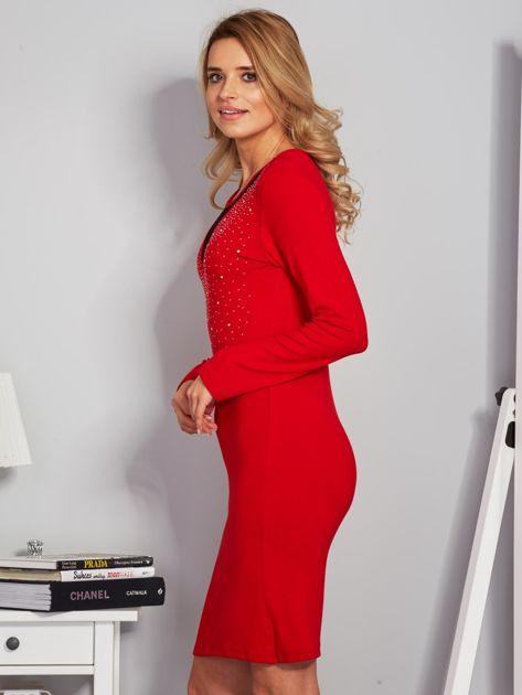 Dopasowana sukienka z ozdobnymi dżetami czerwona                                  zdj.                                  3