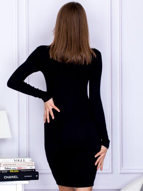 Dopasowana sukienka z wiązanym dekoltem czarna                              zdj.                              2