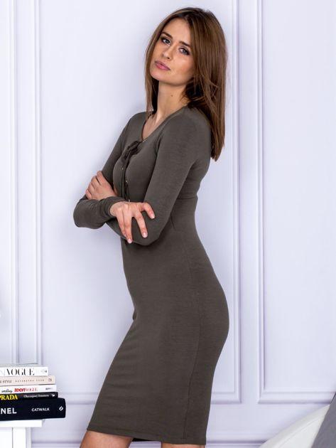 Dopasowana sukienka z wiązanym dekoltem khaki                              zdj.                              3