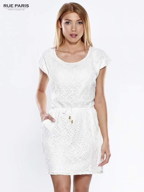 Ecru ażurowa sukienka z podkreśloną talią                                  zdj.                                  1