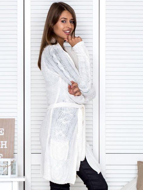 Ecru ażurowy długi sweter typu kardigan z paskiem                                  zdj.                                  3