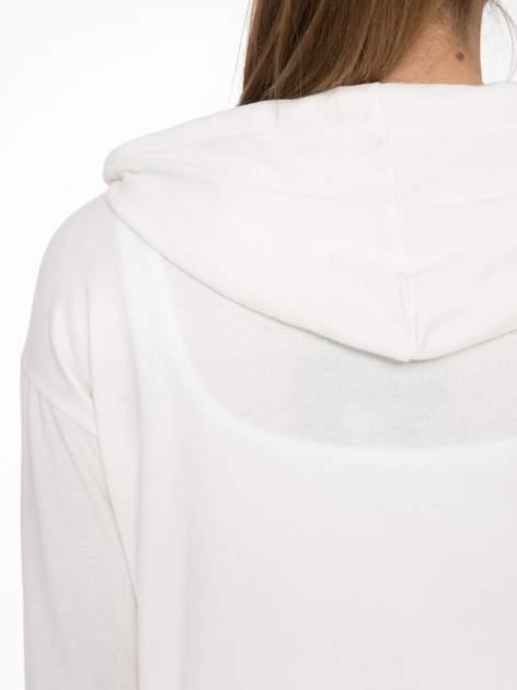 Ecru bluza cropped z katurem i nadrukiem numerycznym                                  zdj.                                  7