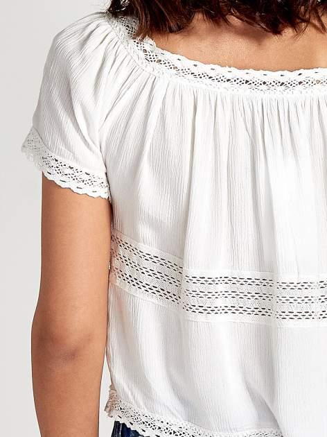 Ecru bluzka koszulowa z ażurowymi przeszyciami                                  zdj.                                  6