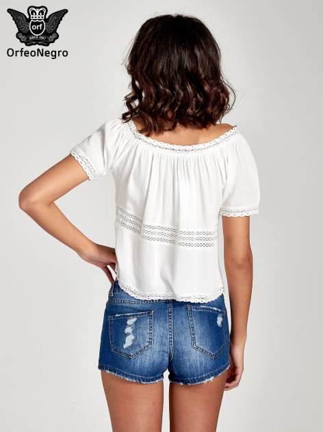 Ecru bluzka koszulowa z ażurowymi przeszyciami                                  zdj.                                  4