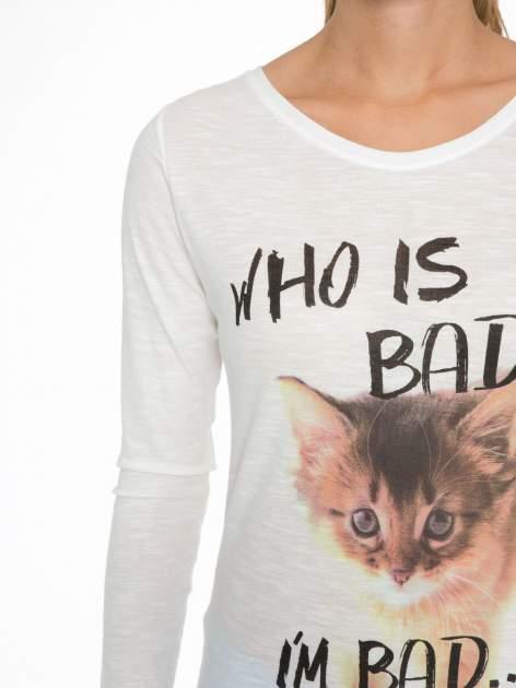 Ecru bluzka z nadrukiem kotka i napisem WHO IS BAD?                                  zdj.                                  6