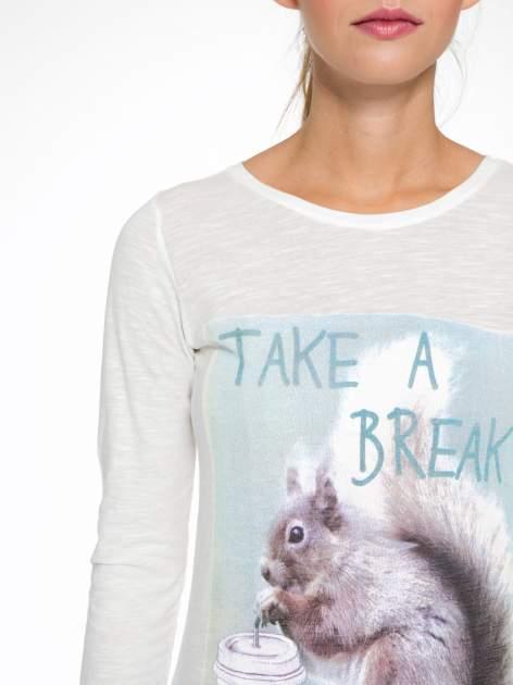 Ecru bluzka z nadrukiem wiewiórki i napisem TAKE A COFFEE BREAK                                  zdj.                                  7