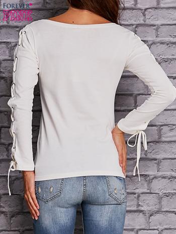Ecru bluzka z wiązaniem na rękawach                                  zdj.                                  4