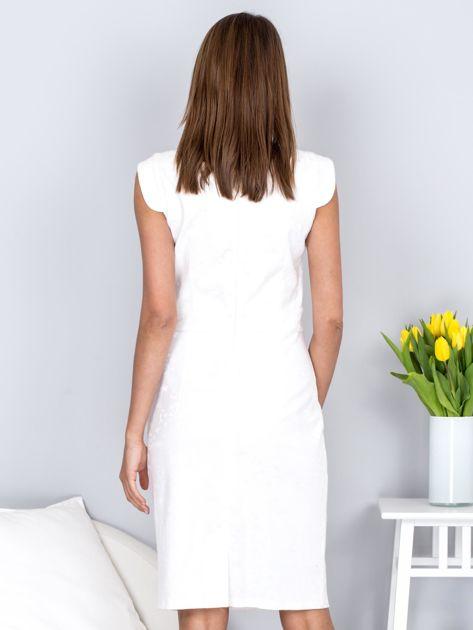 Ecru dopasowana sukienka z połyskującą kwiatową fakturą                              zdj.                              2