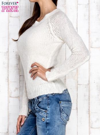 Ecru dzianinowy sweter o szerokim splocie                                  zdj.                                  3