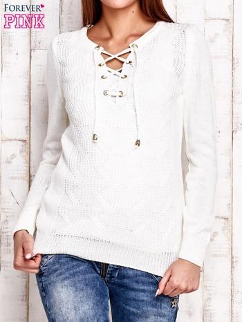 Ecru dzianinowy sweter z wiązaniem                                  zdj.                                  1